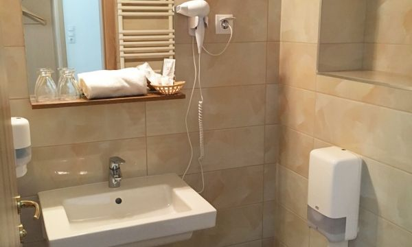 Két Korona Konferencia és Wellness Hotel - Balatonszárszó - Két Korona Hotel-Standard Kétágyas szoba erkéllyel-Fürdőszoba