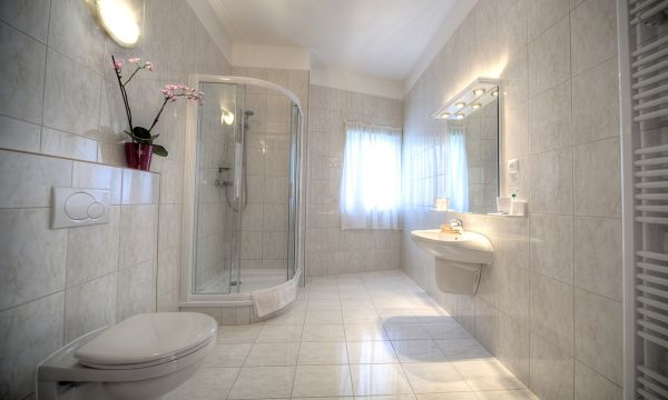 Két Korona Konferencia és Wellness Hotel - Balatonszárszó - Két Korona Hotel-Superior Lakosztály erkéllyel-Főépület-Fürdőszoba
