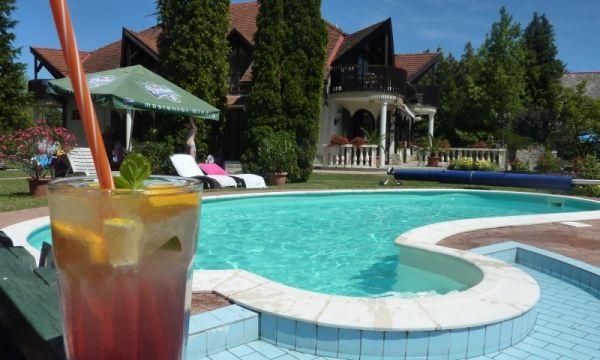 Zsanett Hotel - Balatonkeresztúr - Hűsítő limonádé a medence partján