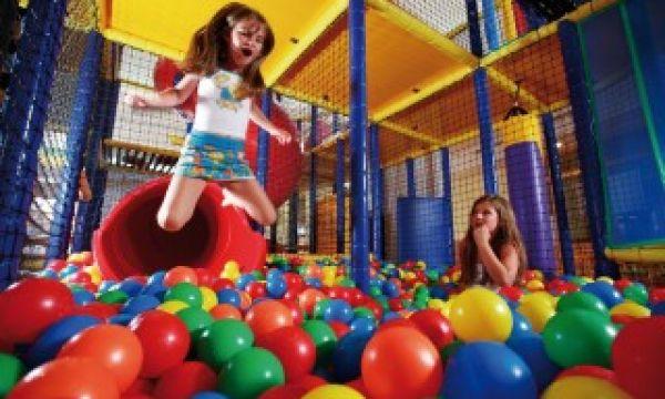 Kolping Hotel Spa & Family Resort - Alsópáhok - Ugrás a labdafürdőbe