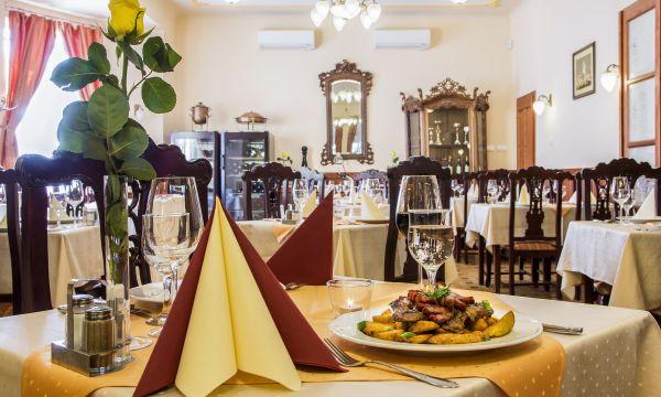 Fried Kastélyszálló Resort - Simontornya - Cigánypecsenye sertéstarjából, kakastaréjjal (sült szalonna) és hasábburgonyával