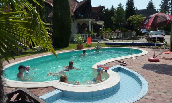 Zsanett Hotel - Balatonkeresztúr - Fürdőzők a medencében