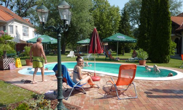 Zsanett Hotel - Balatonkeresztúr - Fürdőzők