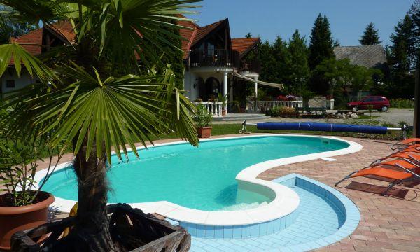 Zsanett Hotel - Balatonkeresztúr - Medence napozóterasszal