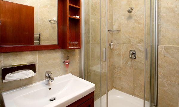 Hotel Ködmön - Eger - zuhanyzós fürdőszoba